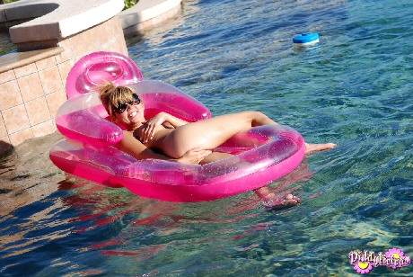diddylicious naked on her pool float